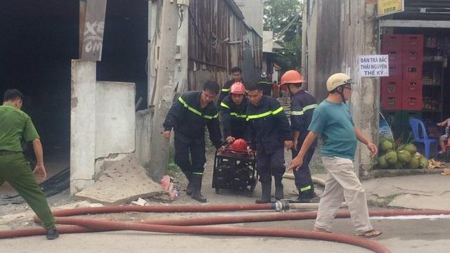 Hàng chục chiến sĩ Cảnh sát PCCC cùng nhiều lực lượng phường Tam Phú, quận Thủ Đức cùng tham gia chữa cháy trại nuôi heo