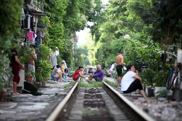 Nhịp sống ở khu dân cư sát đường tàu hoả khá nổi tiếng ở Hà Nội.