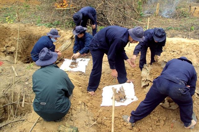 Các chiến sỹ Bộ chỉ huy quân sự tỉnh Thanh Hóa đang làm nhiệm vụ tìm hài cốt liệt sỹ
