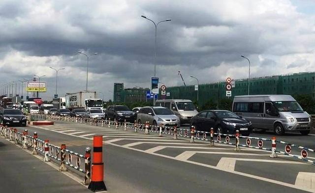 Ùn ứ giao thông hết sức nghiêm trọng trên đường dẫn cao tốc và hàng loạt tuyến đường xung quanh.