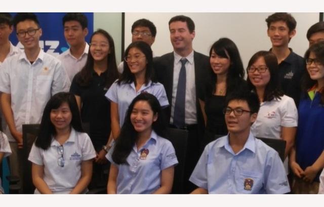 """Châu đại diện trường BVIS tham gia """"CEO Chat Initiative"""" cùng CEO ngân hàng ANZ- ông Dennis Hussey, và học sinh các trường quốc tế tại thành phố Hồ Chí Minh"""