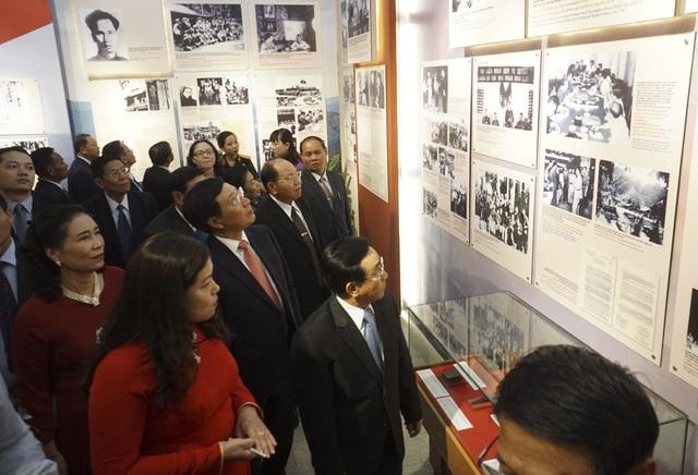 Phó Thủ tướng Chính phủ, Bộ trưởng Bộ Ngoại giao Phạm Bình Minh cùng các đại biểu của hai nước Việt - Lào tham quan triển lãm.