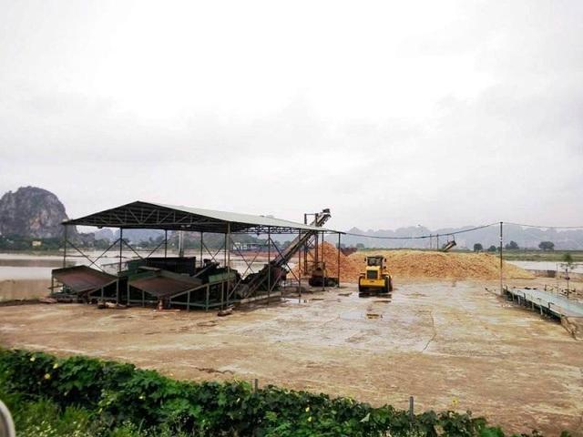 Chính quyền xã bó tay trong cách xử lý xưởng chế biến dăm gỗ vi phạm luật.