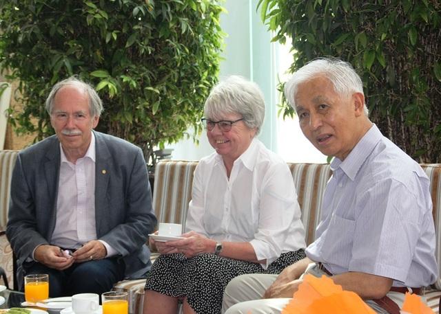 GS. Trần Thanh Vân, Chủ tịch Hội Gặp gỡ Việt Nam trò chuyện thân tình với GS. Gerard 't Hooft khi vừa đến Quy Nhơn