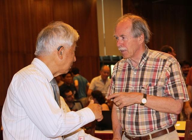 GS. Gerardt Hooft - giải Nobel Vật lý năm 1999 (áo ca rô) chia sẻ cùng GS. Trần Thanh Vân, Chủ tịch Hội Gặp gỡ Việt Nam.