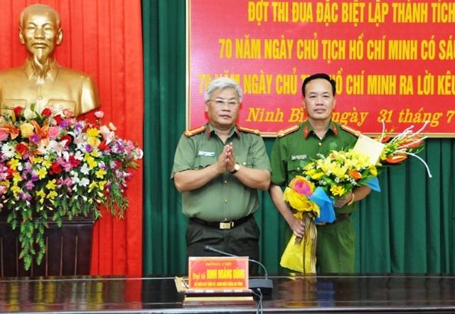 Đại tá Đinh Hoàng Dũng - Giám đốc Công an tỉnh Ninh Bình thưởng nóng Công an thành phố Ninh Bình vì đã có thành tích xuất sắc phá đường dây đánh bạc công nghệ cao xuyên quốc gia.
