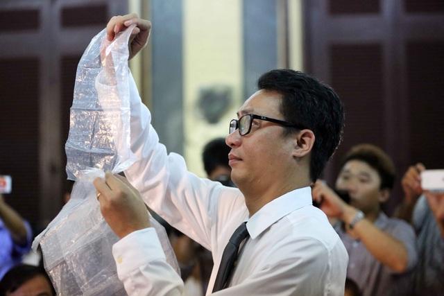Luật sư Quynh kiểm tra những bức thư thông cung.