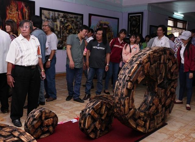Tác phẩm: Trên từng lát cá của tác giả Lê Trọng Nghĩa (Bình Định) đoạt giải B tại triển lãm.