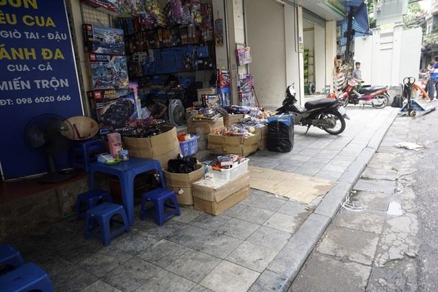 Vỉa hè phố Ngõ Gạch, hàng hoá và xe máy để lộn xộn. Đầu tháng 3/2017, Hà Nội khởi động chiến dịch dọn dẹp vỉa hè với các phát biểu quyết tâm cao của lãnh đạo thành phố và lãnh đạo lực lượng công an thành phố.