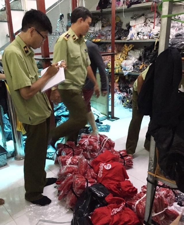 Đội QLTT 2A phối hợp với Công an phường Linh Chiểu, quận Thủ Đức, TPHCM tiến hành kiểm tra hộ kinh doanh quần áo, thời trang sỉ trên địa bàn phường Linh Chiểu.