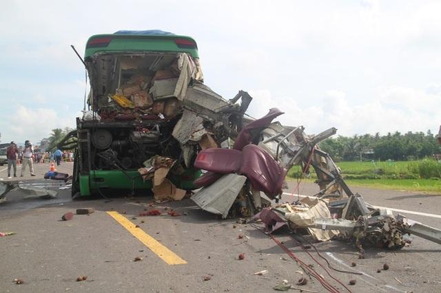 Hiện trường vụ tai nạn thảm khốc khiến 5 người tử vong tại chỗ và 6 người bị thương.
