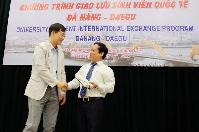 Đại diện đoàn UB chính quyền và sinh viên TP. Daegu tặng quà lưu niệm đến ĐH Đà Nẵng