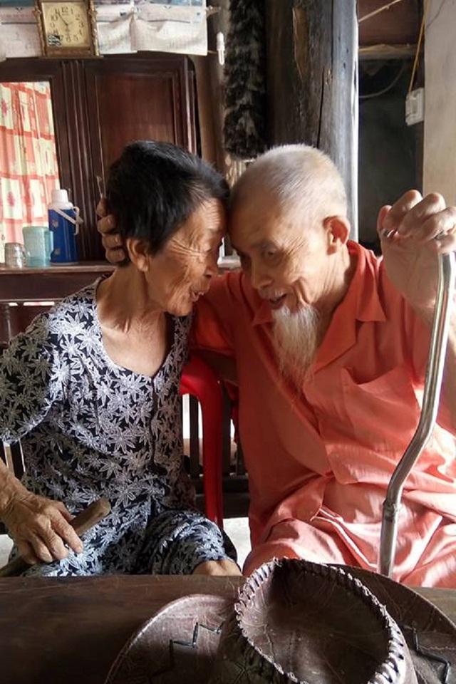 Chơi với nhau từ ngày nhỏ, giờ đây khi về già người không nhìn thấy, người không nghe rõ họ vẫn tìm đến nhau ôn lại chuyện thiếu thời, tình bạn lâu bền của đôi bạn già còn là cơ sở cho tình bạn đẹp của con cháu sau này.