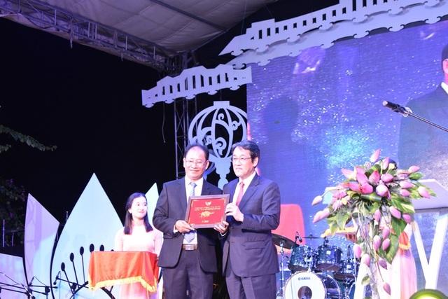 Trao tặng kỷ niệm giữa Hội An và Nhật Bản nhân dịp giao lưu văn hóa Hội An-Nhật Bản lần thứ 15