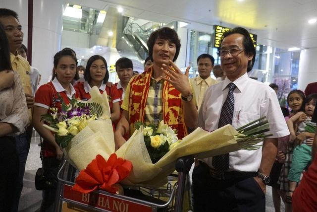 Cựu danh thủ Nguyễn Minh Nguyệt (Quả bóng vàng 2015), ông Nguyễn Lân Trung nguyên Phó chủ tịch VFF và một số thành viên khác cũng có mặt tại sân bay để đón đội.