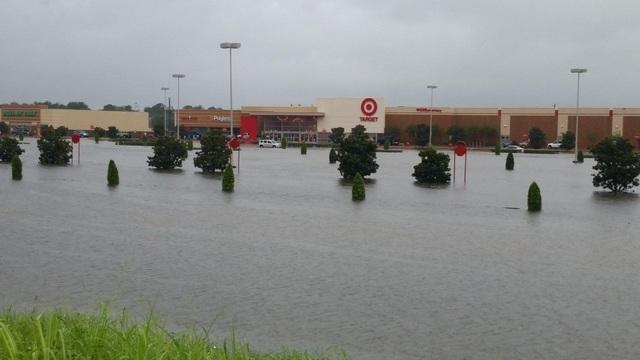 Hình ảnh bên ngoài một trung tâm mua sắp tại Đông Bắc Houston.