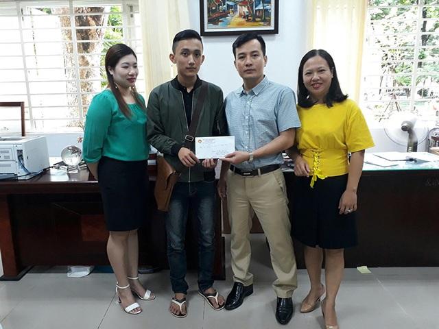 Các thầy, cô Phòng Quản lý người học - Học viện Ngân hàng trao phần quà từ Quỹ tình thương sinh viên Học viện ngân hàng cho Kim, mong em cố gắng học tập tốt.