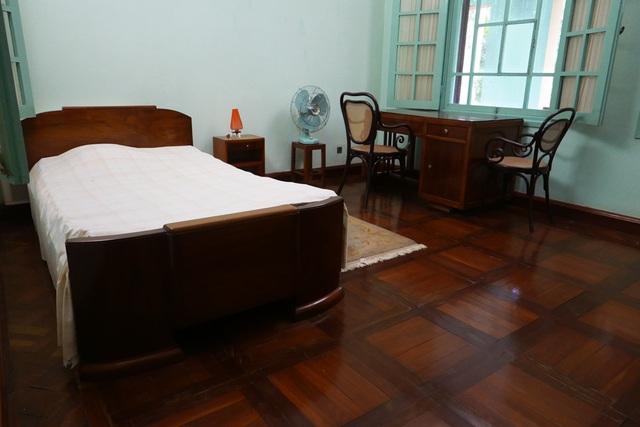 Phòng nghỉ của Chủ tịch Hồ Chí Minh trên tầng 2 của ngôi nhà. Đồ dùng trong phòng được bố trí giản dị, quen thuộc. Bên cạnh phòng nghỉ của Bác còn có 2 phòng nghỉ khác đẹp hơn nhưng để dành cho khách vì theo ý Bác, những thứ tốt, đồ dùng khá hơn thì nên để dành cho khách.