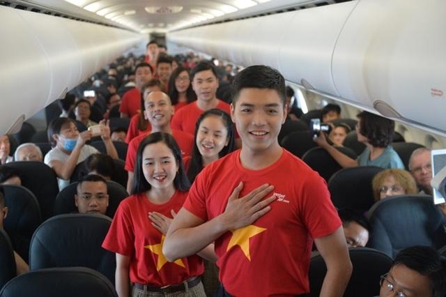 """Gần 200 hành khách Vietjet cùng hát """"Nối vòng tay lớn"""" mừng quốc khánh 2/9 - 2"""