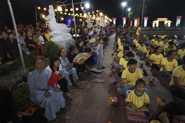Trước buổi lễ cả tiếng đồng hồ, hàng nghìn Phật tử, người dân đã có mặt, ngồi kín khoảng sân rộng lớn của chùa.