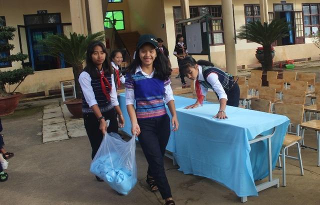 Các bạn nữ trực nhật lại khuôn viên trường trước khi làm lễ khai giảng