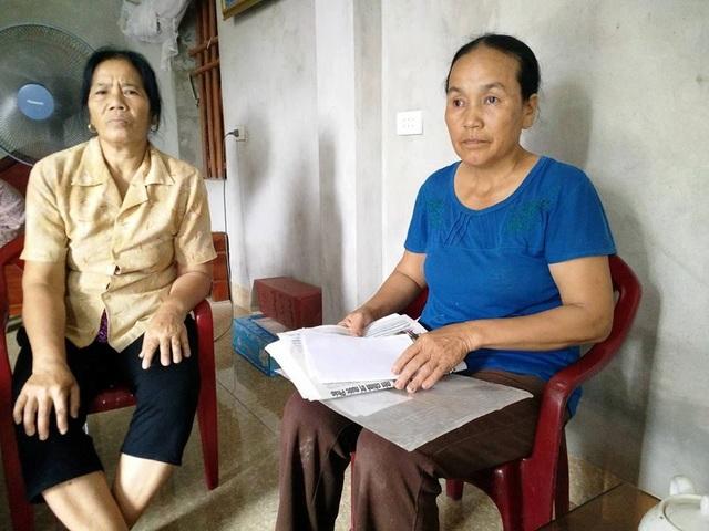 Bà Lưu Thị Nhâm - Trưởng thôn Phú Cường (áo xanh) đề đạt nguyện vọng của người dân trong thôn với PV Dân trí.