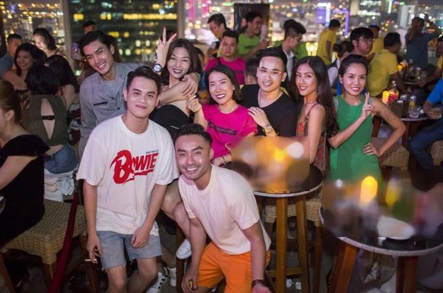 Những chiếc áo màu sắc nổi bật 1 khu vực của SevenFriday Owners