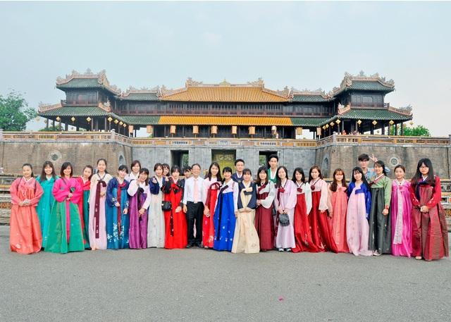Học viên mặc Hanbok chụp ảnh ở những điểm du lịch nổi tiếng ở Huế