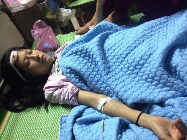 Cháu Thảo bị ném trúng đầu bị thương ở vùng đỉnh trán phải nằm viện điều trị những ngày qua.