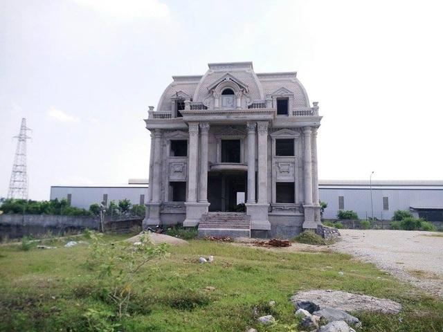 Ngôi nhà kiên cố, xây dựng trái phép bên đê sông Đáy của Tập đoàn Phúc Lộc