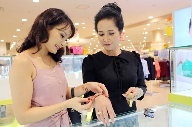 """Xem Bảo Thanh và """"mẹ chồng"""" chọn quà gì cho dịp mua sắm cùng nhau - 4"""