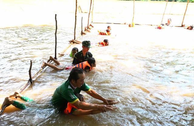 Thầy giáo và các chiến sĩ bộ đội biên phòng Đồn Bình Thạnh dạy bơi cho các em nhỏ. (ảnh: Phú Quí)