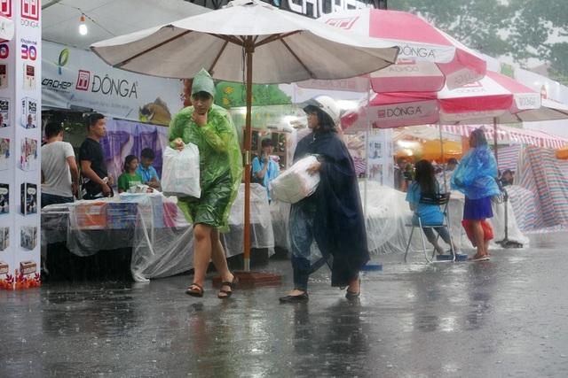 Chiều 22/9, khi hội sách đang thu hút rất đông độc giả tới tham quan thì cơn mưa lớn bất ngờ ập xuống.