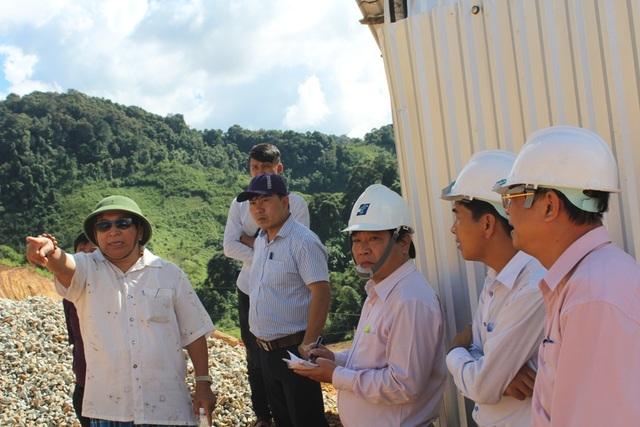 Lãnh đạo Sở GD-ĐT, huyện Tây Giang đang trao đổi với đơn vị thiết kế cách khắc phục sạt lở.