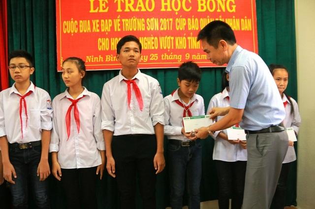 Ông Trần Việt Phương, Phó Giám đốc Sở Văn hóa - Thể thao Ninh Bình trao học bổng từ giải đua xe đạp Về Trường Sơn 2017, cúp báo Quân đội nhân dân cho các em học sinh nghèo, vươn lên học giỏi xã Yên Thành