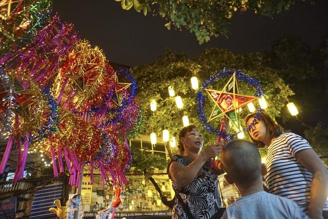 Khác những năm trước, đồ chơi được làm thủ công trong nước chiếm ưu thế, lấn lướt các loại đèn lồng Trung Quốc.