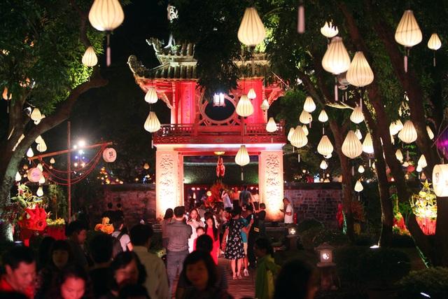 Tối 29/9, khu di tích Văn Miếu - Quốc Tử Giám được trang hoàng bởi hàng nghìn chiếc đèn lồng đầy màu sắc trong sự kiện văn hoá dịp Trung thu mang tên Thu vọng nguyệt, thu hút khá đông người dân tới tham quan.