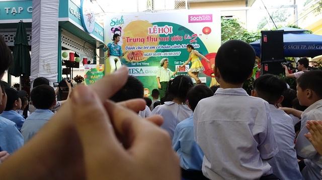 Hào hứng vỗ tay theo từng tiết mục biểu diễn trên sân khấu