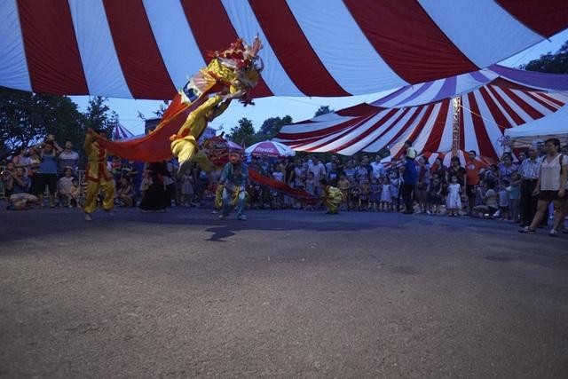 Trò diễn múa lân sôi động thu hút sự chú ý của các em nhỏ cùng phụ huynh. Dịp Trung thu này, đêm rằm phá cỗ sẽ diễn ra vào đúng đêm 15/8 Âm lịch.