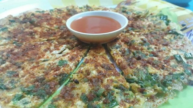 Bằng những nguyên liệu đơn giản, sau vài phút được nướng trên lò than sẽ cho ra những chiếc pizza Đà Lạt thơm phức, ngon đúng điệu