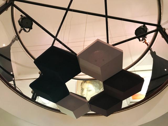 Không chỉ treo tường, loa BeoSound Shape còn có thể sử dụng bằng cách treo lên trần nhà một cách đầy nghệ thuật như thế này.