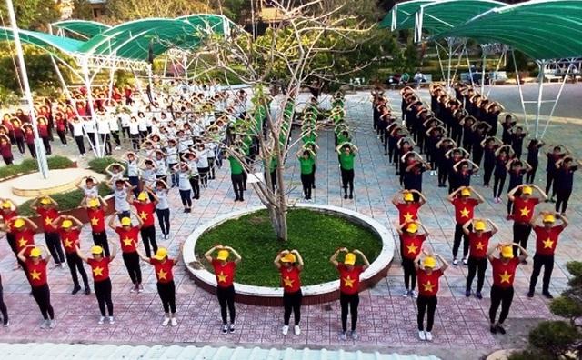 Các học sinh trường THPT TP Sa Đéc tham gia múa dân vũ