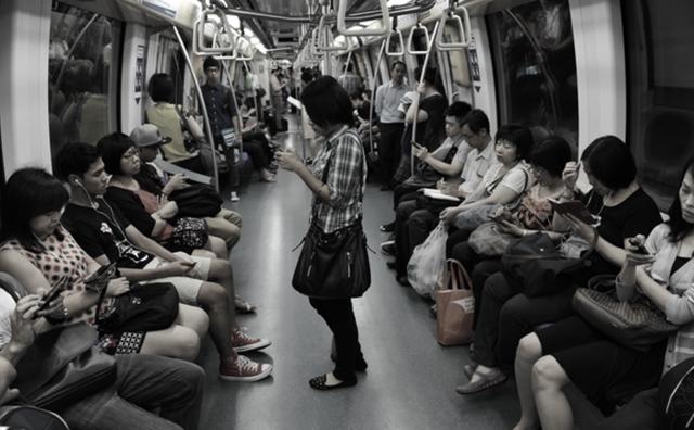 Chúng ta có đang quá phụ thuộc vào smartphone, để rồi đánh mất đi những món quà của cuộc sống?