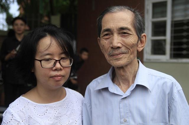 Thầy Đoàn Ngọc Tọa và chị chị Lê Thùy Dương trở về trường sau khi nghe tin thầy Văn Như Cương qua đời.