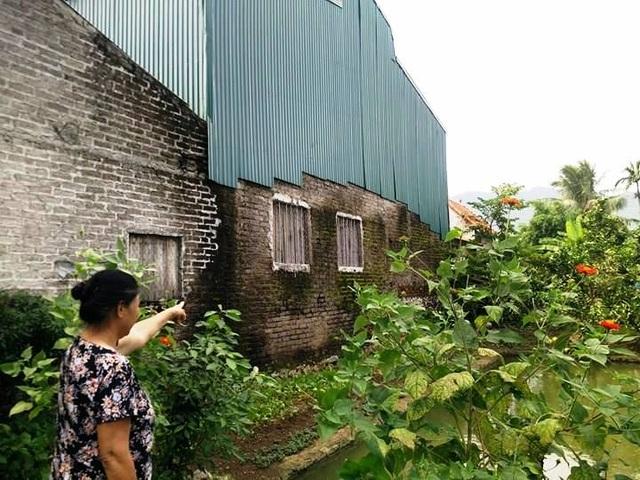 Xưởng tái chế, sản xuất đồ nhựa của gia đình ông Mãn nằm giữa khu dân cứ 10 năm qua.