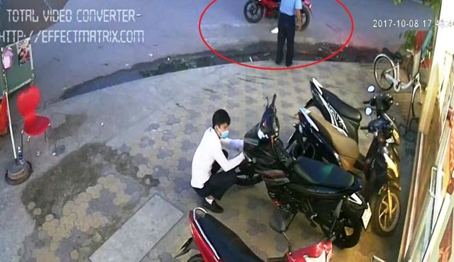 Tuy nhiên, bất ngờ xuất hiện 1 thanh niên khác (có khả năng là đồng bọn của tên trộm) đến đánh lạc hướng khiến bảo vệ mất cảnh giác...