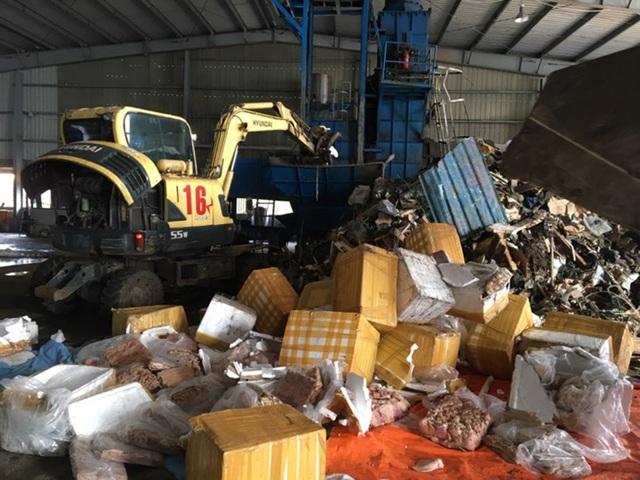 Cơ quan chức năng đã tiến hành đưa toàn bộ số hàng hóa trên đến nơi tiêu hủy.