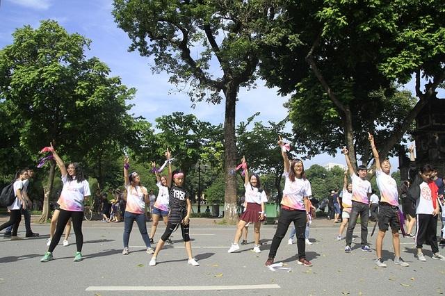 4 chặng đường được kết nối bởi những tiết mục múa, nhảy đến từ các nhóm nhảy chuyên và không chuyên, từ các em nhỏ đến các bạn sinh viên. Sự kiện đã thu hút đông đảo sự quan tâm của hàng trăm bạn trẻ và người dân Thủ đô tham dự.