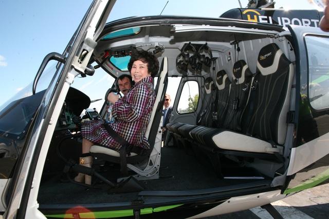 Bà Thái Hương cùng ông Nguyễn Thanh Sơn, Đại sứ Việt Nam tại Liên bang Nga ra trực thăng trong lần đầu bay ở Moscow khảo sát khu vực lập trang trại bò sữa