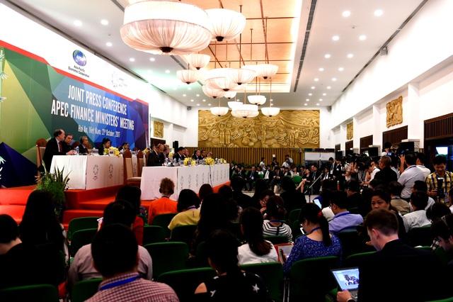 Rất đông các PV trong và ngoài nước tham dự buổi họp báo